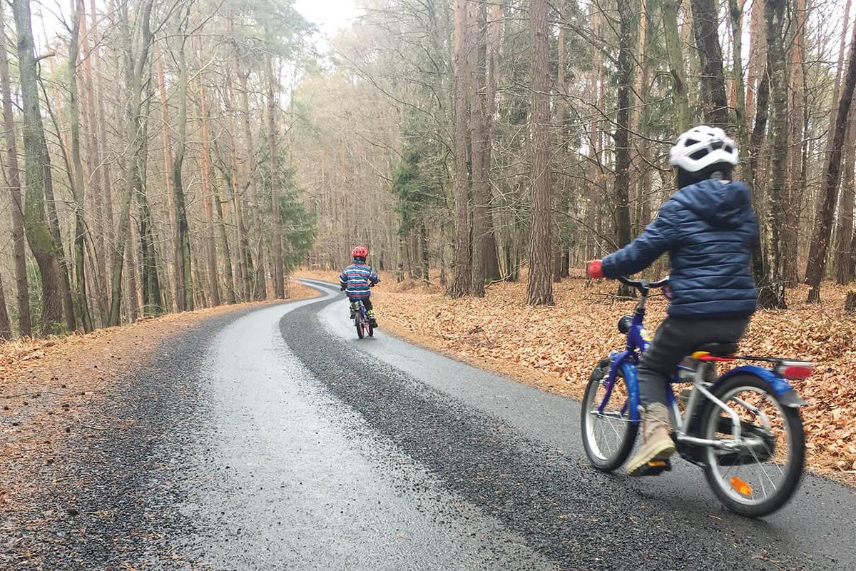 Radfahren-auf-geschotterter-Straße. Splitt-ist-gefährlich.