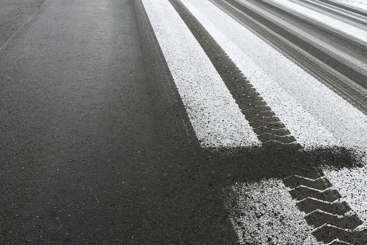 Salzsole-haftet-sofort-auf-Straße