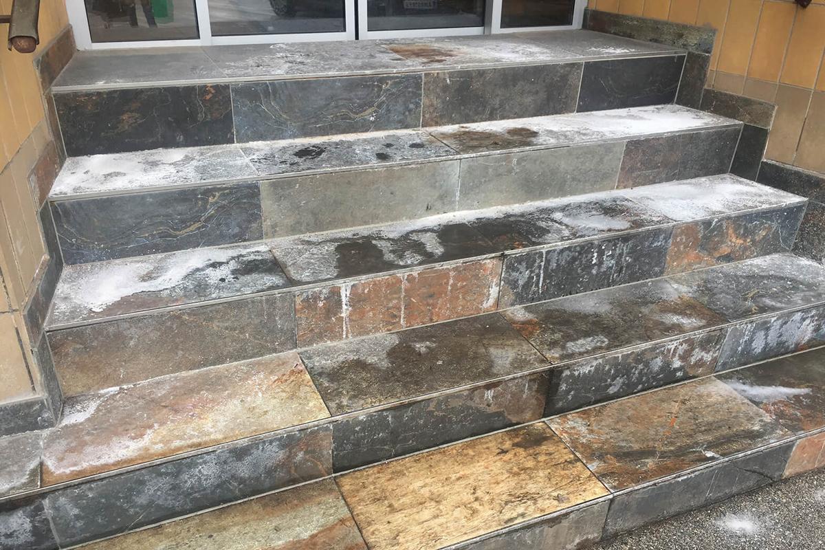 Salzrückstände auf Stiegeneingang